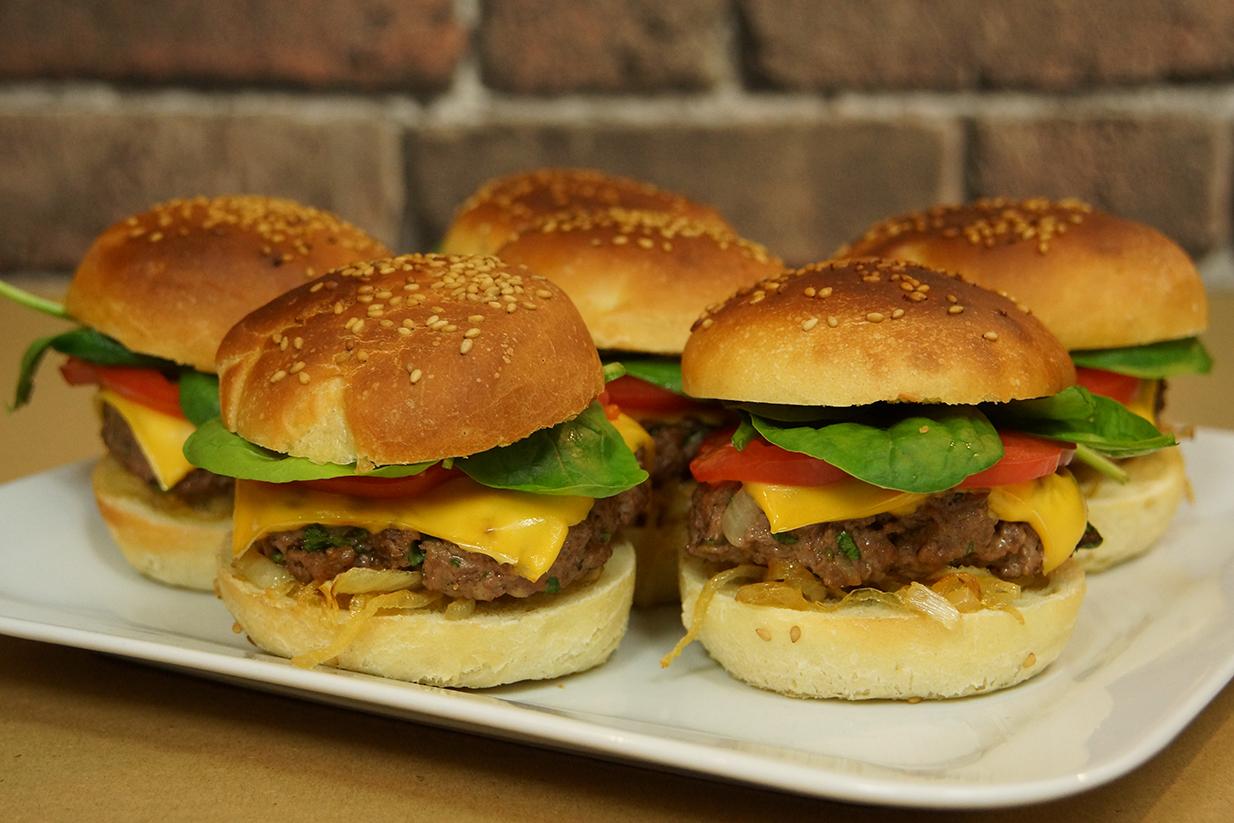 recette facile des burgers maison avec herv cuisine. Black Bedroom Furniture Sets. Home Design Ideas
